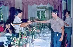 1º Vicente Pérez Gallardo (E. P. Aranjuez) Senior C-1 en el X Rapel 1981, recibe el trofeo de manos del Presidente del club Juan Carlos Albar Ramirez.jpg