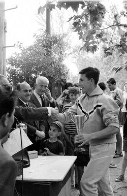 Raúl Cuadrado, Aranjuez 1966-Pachi recoge el trofeoc.jpg